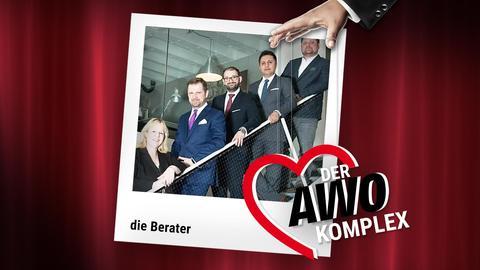 Die Fotocollage zeigt ein Polaroid, in dessen Mitte ein Bild der Berater zu sehen ist. Das Polaroid liegt vor einem roten Theatervorhang, vor dem Polaroid bewegt eine Hand an Fäden das AWO-Logo.