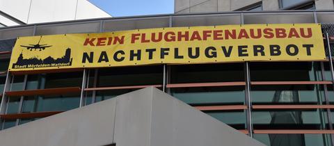 Protest-Banner gegen den Flughafen-Ausbau am Rathaus in Walldorf