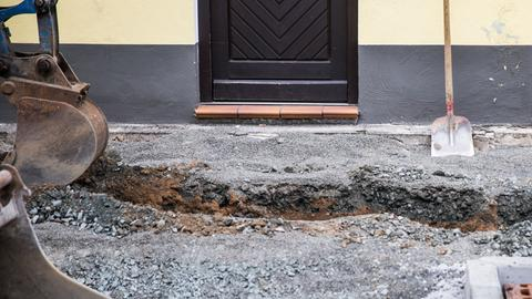Eine Baustelle vor einer Haustür.