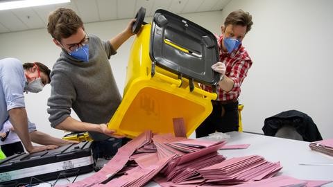 Wahlhelfer in Bayern bei Stimmenauszählung