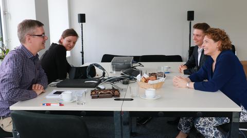 FDP-Spitzenkandidatin Nicola Beer (r.) im Gespräch mit Sonja Süß und Frank van Bebber von hessenschau.de. Mit dabei auch FDP-Landespressesprecher Daniel Rudolf.