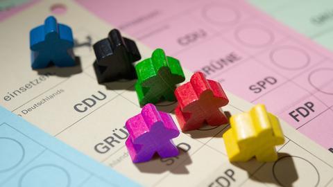 Sechs Fraktionen - hier symbolisiert durch sechs farbige Spielfiguren - haben den Einzug ins Berliner Agbeordnetenhaus geschafft.