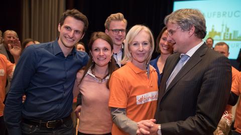 Bernadette Weyland, OB-Kandidatin der Frankfurter CDU, mit ihrer Familie nach ihrer Nominierung