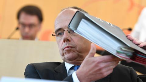 Innenminister Beuth mit Aktenordner im Innenausschuss.