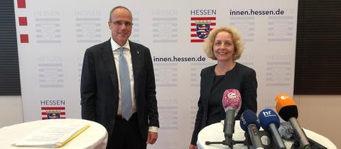 Innenminister Peter Beuth (li.) und die Kommissionvorsitzende Angelika Nussberger