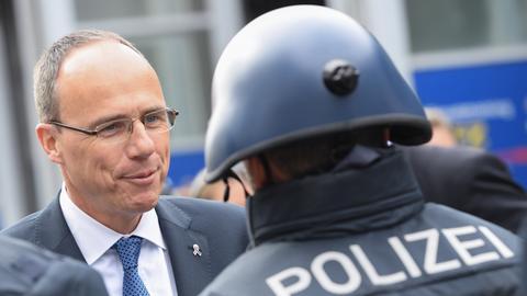 Innenminister Beuth mit einem Polizisten