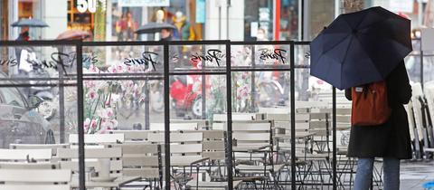 Verwaiste Tische und Stühle der Außengastronomie