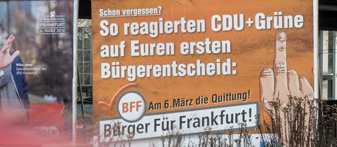 Ein Wahlplakat der Bürger Für Frankfurt (BFF) steht an einer Straße in Frankfurt.