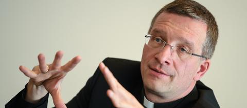 Der Fuldaer Bischof Gerber gestikuliert.