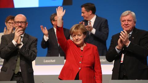 Parteichefin Angela Merkel mit Volker Bouffier (re.) und Generalsekretär Peter Tauber