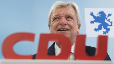 CDU-Landesvorsitzender Volker Bouffier hinter CDU-Logo