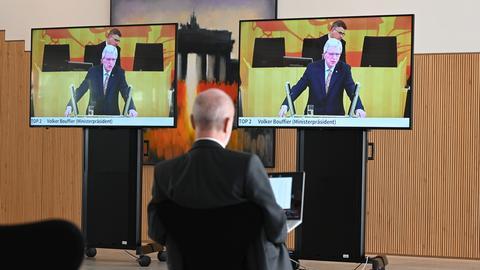 Die Regierungserklärung von Ministerpräsident Bouffier wird in das Foyer des Landtags übertragen