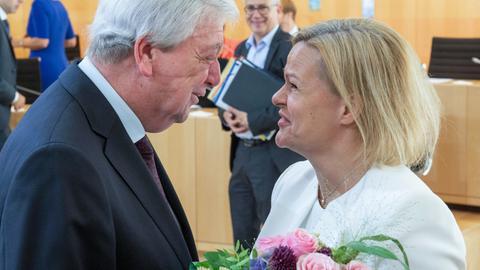 Nancy Faeser nimmt den Glückwunsch von Ministerpräsident Volker Bouffier (CDU) entgegen.