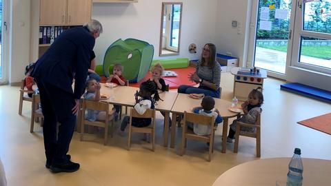 Bouffier redet mit Kita-Kindern