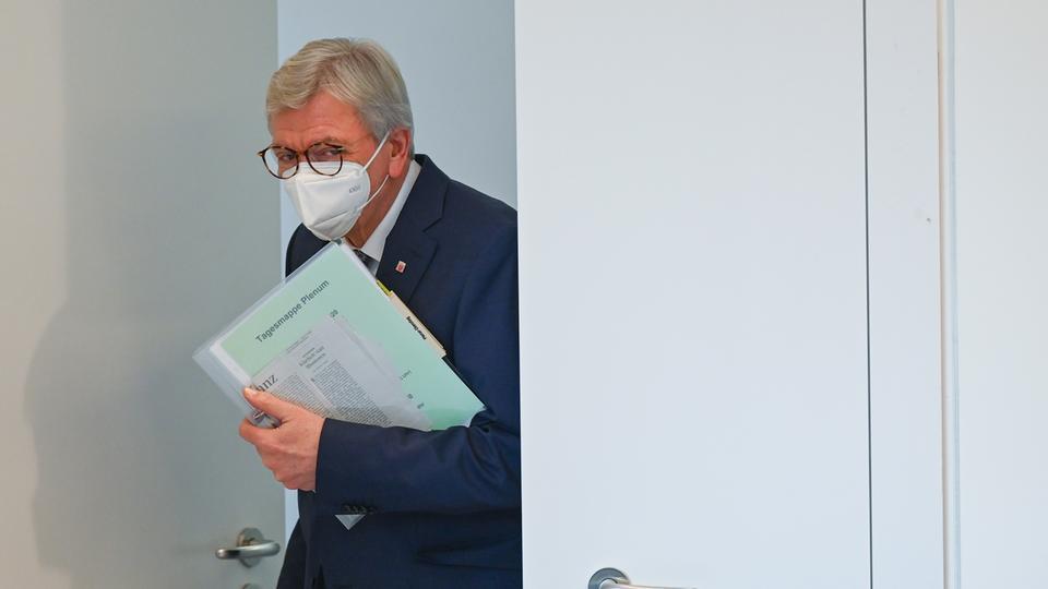 Volker Bouffier (CDU), Ministerpräsident des Landes Hessen, kommt in den Plenarsaal des hessischen Landtags.