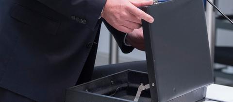 Ministerpräsident Volker Bouffier (CDU) als Zeuge vor dem NSU-Untersuchungsausschuss.