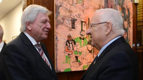 Ministerpräsident  Bouffier reicht dem israelischen Präsidenten Rivlin die Hand