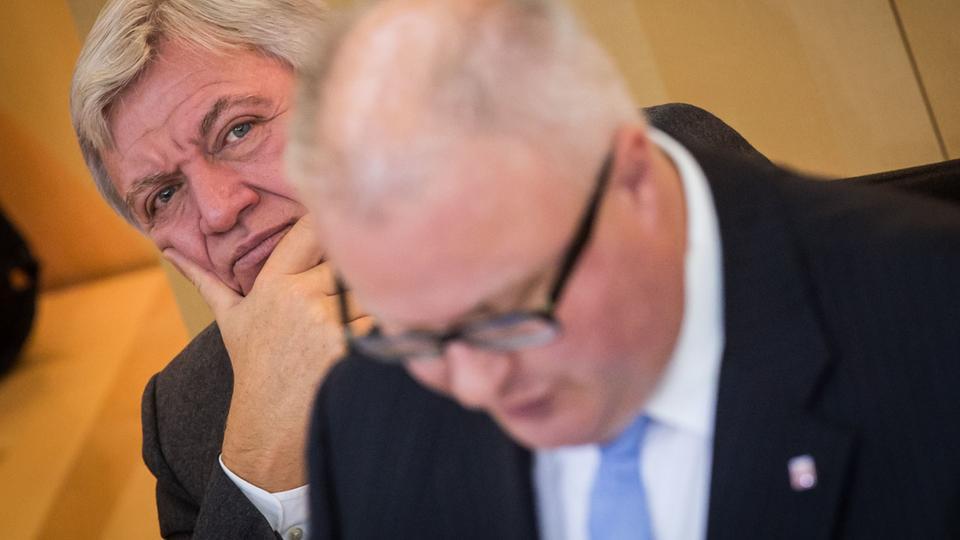 Volker Bouffier (li.) und Thomas Schäfer im Landtag