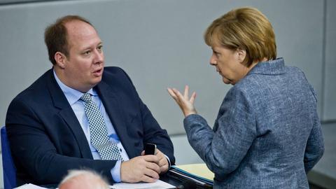 Helge Braun mit Angela Merkel im Bundestag