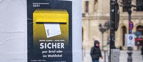 Ein Plakat zur Kommunalwahl 2021 hängt zu Beginn einer Kampagne der Stadt Frankfurt an einer Litfaßsäule in der Innenstadt.