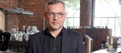 Michael Roth, Spitzenkandidat der hessischen SPD bei der Bundestagswahl, in einer Kneipe fotografiert.