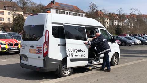Senioren werden mit einem Bürgerbus zum Impfzentrum Fulda gebracht.