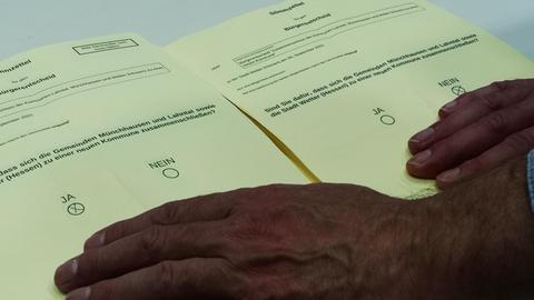 Zwei Stimmzettel zur Fusion der Gemeinden Lahntal und Münchhausen mit der Stadt Wetter.