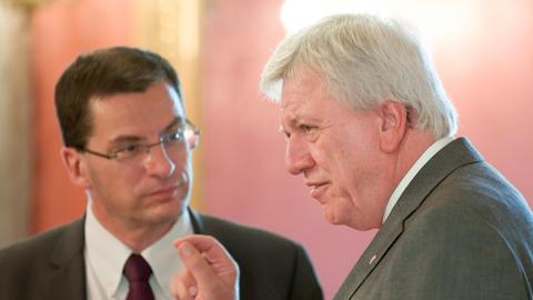 Ministerpräsident Bouffier (re.) im eindringlichen Gespräch mit PSA-Generalsekretär Gregoire Olivier.