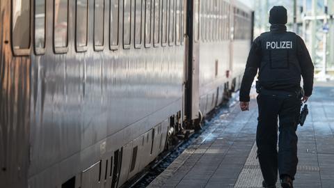 Bundespolizist auf einem Bahnsteig