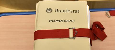 Bundesrat - Akte, die mit einem roten Zurrband verpackt ist.