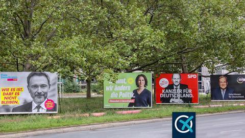 Wahlplakate von CDU, SPD, FDP und Grüne mit ihren Spitzenkandidaten an einer Straße