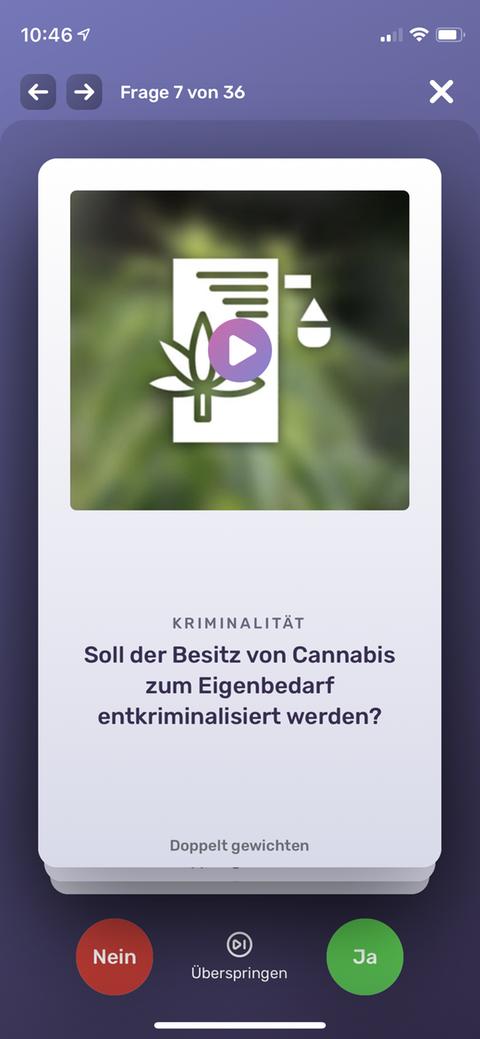 Ein Screenshot vom Wahlswiper - darauf steht: Soll der Besitz von Cannabis zum Eigenbedarf entkriminalisiert werden? User können mit Ja oder Nein antworten, die Frage überspringen oder doppelt gewichten