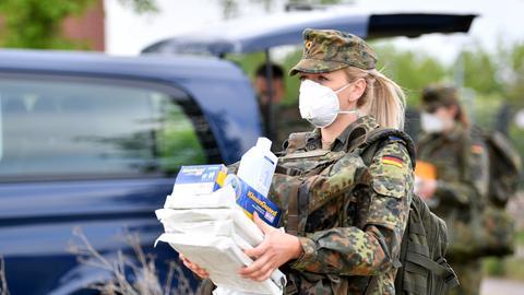 Vielleicht bald öfters in Corona-Hotspots im Einsatz: Die Bundeswehr - hier bei einem Einsatz im Mai in Sachsen-Anhalt