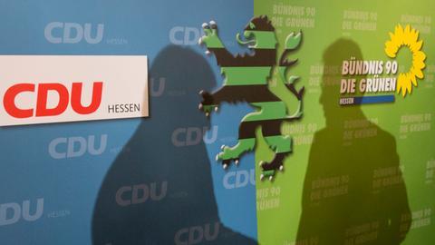 Schatten von Bouffier und Al-Wazir auf Plakat der Regierung aus CDU und Grünen.