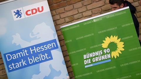 Pult der CDU und Pult der Grünen bei einer gemeinsamen Pressekonferenz im Landtag in Wiesbaden