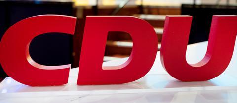 CDU-Logo auf einem Tisch