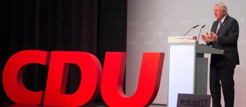 Ministerpräsident Volker Bouffier am Redner-Pult beim CDU-Landesparteitag - daneben ein großes, rotes CDU-Logo