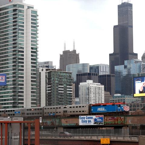 Hochhäuser und Hochbahn in Chicago
