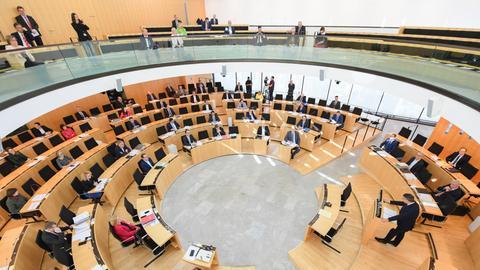 Ausgedünntes Plenum im hessischen Landtag