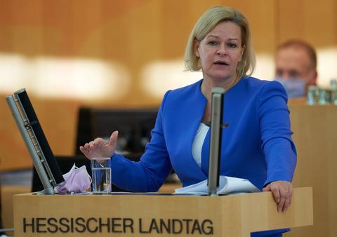 Nancy Faeser (SPD) steht bei der Sondersitzung des Landtags zur Corona-Politik am Rednerpult