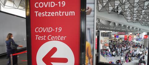 Ein Schild weist den Weg am Corona-Testcenter am Frankfurter Flughafen.