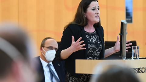 Debatte über Hanau: Wissler kritisiert Beuth.