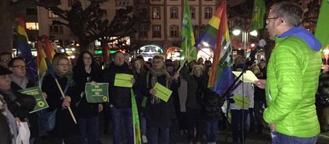 Kai Klose (Grüne) spricht vor Teilnehmern der Demo gegen die US-Einreisepolitik.