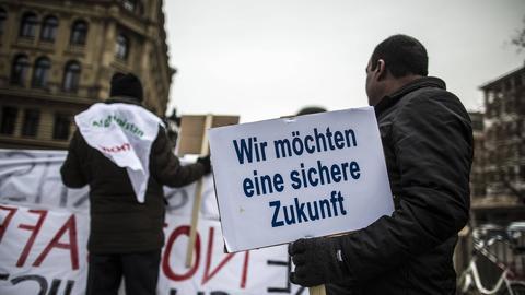 Teilnehmer bei Demo gegen Abschiebungen nach Afghanistan in Frankfurt.