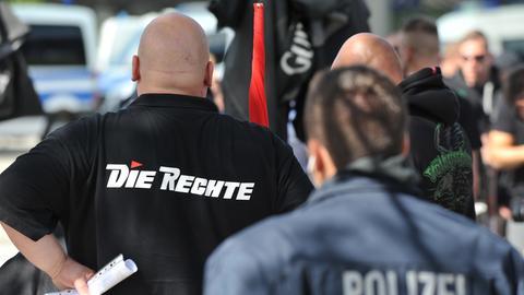 """Glatzköpfiger Mann in schwarzem T-Shirt mit der Aufschrift """"Die Rechte"""""""