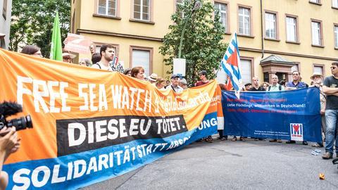 Demonstranten vor dem italienischen Konsulat in Frankfurt