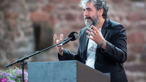 Deniz Yücel bei seiner Festrede bei den Bad Hersfelder Festspielen