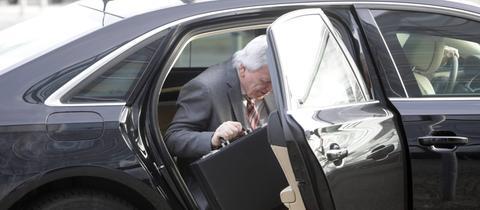Hessens Ministerpräsident Volker Bouffier steigt aus seinem Dienstwagen