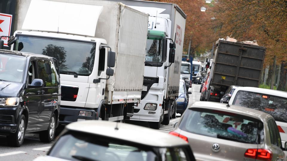 Autos und Lkw auf einer Straße in Frankfurt