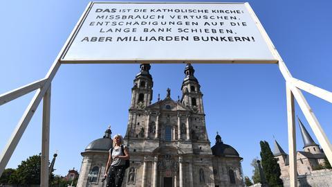 Protest-Schild steht vor dem Fuldaer Dom